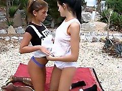 Tyttöjen imevien pussies hotellin puutarhassa