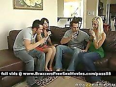 Un grupo de los individuos y chicas hablando bebiendo vino