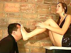 Cass se massage des pieds par l'intermédiaire surface