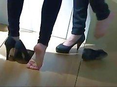 Due ragazze di piedi nudi alle Motor Show