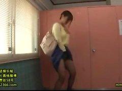 Une superbe sirène japonaise se faufile dans son nylon