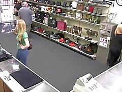 Dueño de una tienda obtiene un gusto del a una señora en el coño hojas verdes