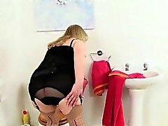 A vovó Britânico Elaine mete vibrador no toalete