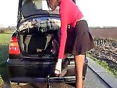 Sizzling шлюха вводит большой вещь неподалеку от ее автомобиле