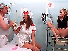 Enfermeira eo paciente os médicos soprando quente da torneira por urina quentes