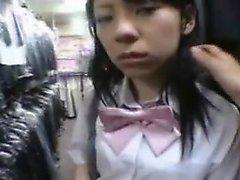 Recht asiatische Schülerin spreizt ihre Beine und zeigt ihre ti
