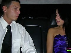 Studentbal teen fucked av limousinen