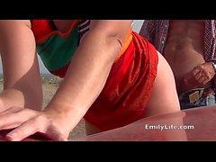 griffage à la plage avec votre voisin MILF et femme au foyer