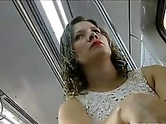 De Upskirt Of Este polluelo brasileña De Público