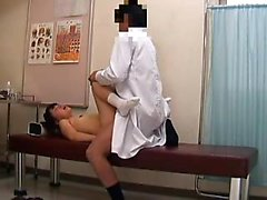 Азиатка милая с косичками имеет ороговевшую врача стучать её T