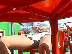 Näpsäkkä nuoria kananpojan levittää jalkansa ja joutuu filmattu kanssa t