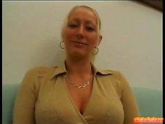 Blond schoolegirl babe med små bröst gör blowjob i pov
