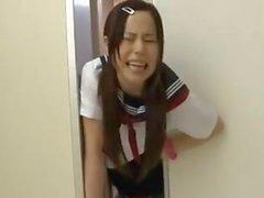 Écolière japonaise piégée sur l'ascenseur 2