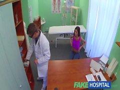 FakeHospital Slim superbe malade a besoin médecins cream pour elle magnifiquement bronzées