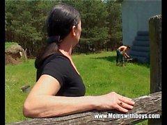 Alto Signora matura viene sbattuto da una fattoria Boy