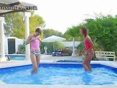 восхитительный бассейн мастурбации друзьями