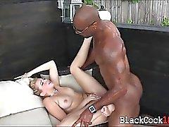Blondie chick ama polla negro masiva follando su al aire libre
