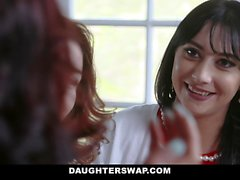 DaughterShwap - Two Hot Moms Jaa heidän Bi-tyttärensä