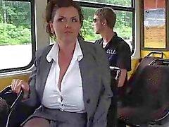 Mature melkt haar grote tieten op de bus .