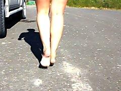 Ma belle épouse marcher pieds nus