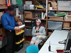 He kilpailevat Amatööriluokassa myymälävaras teini putosi ja jälkeen nai turvallisuus