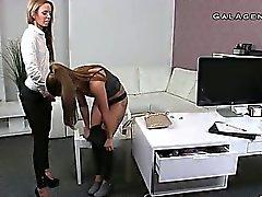 Lesbischen Pussy gefickt mit cucumber on Guss