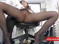 Frauen Büro Frauen in der Strumpfhose Gefingert auf dem Stuhl Auf Büro