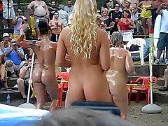 Le ragazze calde da esterno di wrestling petrolio e del roba a a Ponderosa