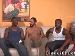 Barbuta muscolari gay stud sfondo viene inchiodato dagli scagnozzi bianco