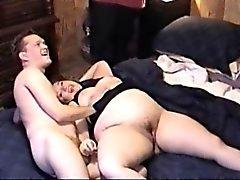 Коренастого толстушка брюнетка раздвигает мясистые бедрами для своей тощей другом