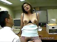 amplia secretario de Japón apiladas llega su peludo coño digitación de trabajo