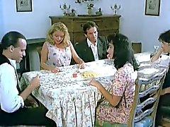 Voyeur Sottogonna sotto la tavola strofinandosi vagina panty- meno