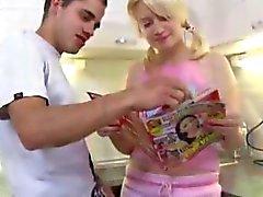 Marusya se tient dans sa cuisine attente de de son homme d'arriver la maison et attend patiemment