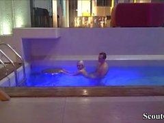 Petite Deutsch Teen Seduce im öffentlichen Schwimmbad zu ficken