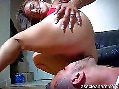 Хозяйка получает очень роговые, как она попадает ее задница облизывал