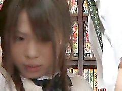 Застенчивый Ученица ощупью а использоваться в книжном магазине