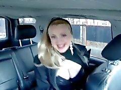 Sashka Vaseva söylüyor ile araç içinde her şaşırtıcı big boobs gösterilmektedir