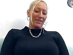 Geile blonde Duitse chick neukt voor de camera