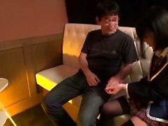 Застенчивый азиатский подросток в чулках показывает свою волосатую киску