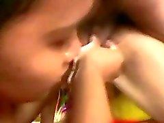 Due Giovani Donne filippine dare Bocchino