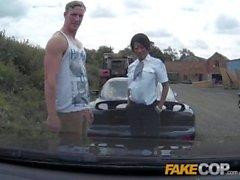 Fake Cop Boy racer se envolve em tridimensional ao ar livre