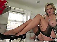 Prostituée britannique d'âge mûr clignoter les seins
