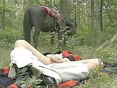 возбужденный женой на лесных тройку