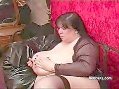 Aleman Goth Gordas y Bellas le muestra los senos masculinos sorprendentes