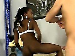 Kauniit Afrikkalainen mustaa tyttö syvältä hänen valkoinen isännän