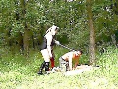Hoad BBWs Andrea samt Dana på femdom talan i skogen