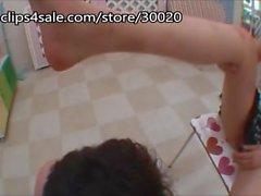 Ayak ibadet işkencesi Japon kız ayaklarının ayak parmaklarını ve bacaklarından burnunu çekmesini sağlıyor