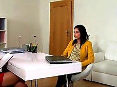 Femme agent Lesbian ait coulée sur canapé