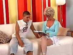 Oma in Glazen neukt de jongen