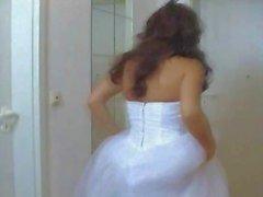 Mädchen im Hochzeitskleid hart gefickt